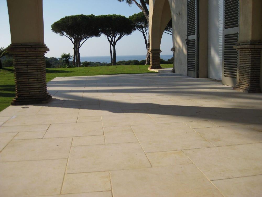 Aménagement extérieur en pierre naturelles - Dalles en pierre beige Créma Nova