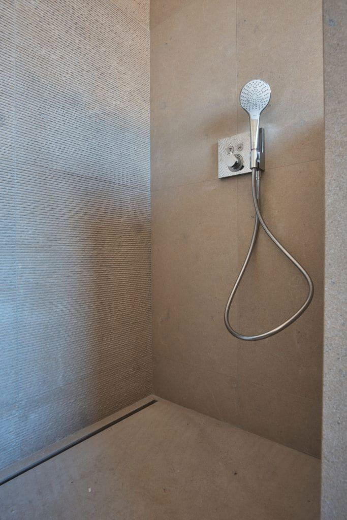 Douche en pierre naturelle : Pierre murale et sol de douche en pierre calcaire
