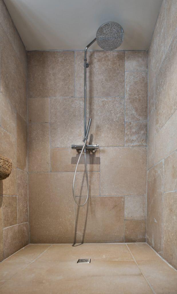 douche en pierre naturelle