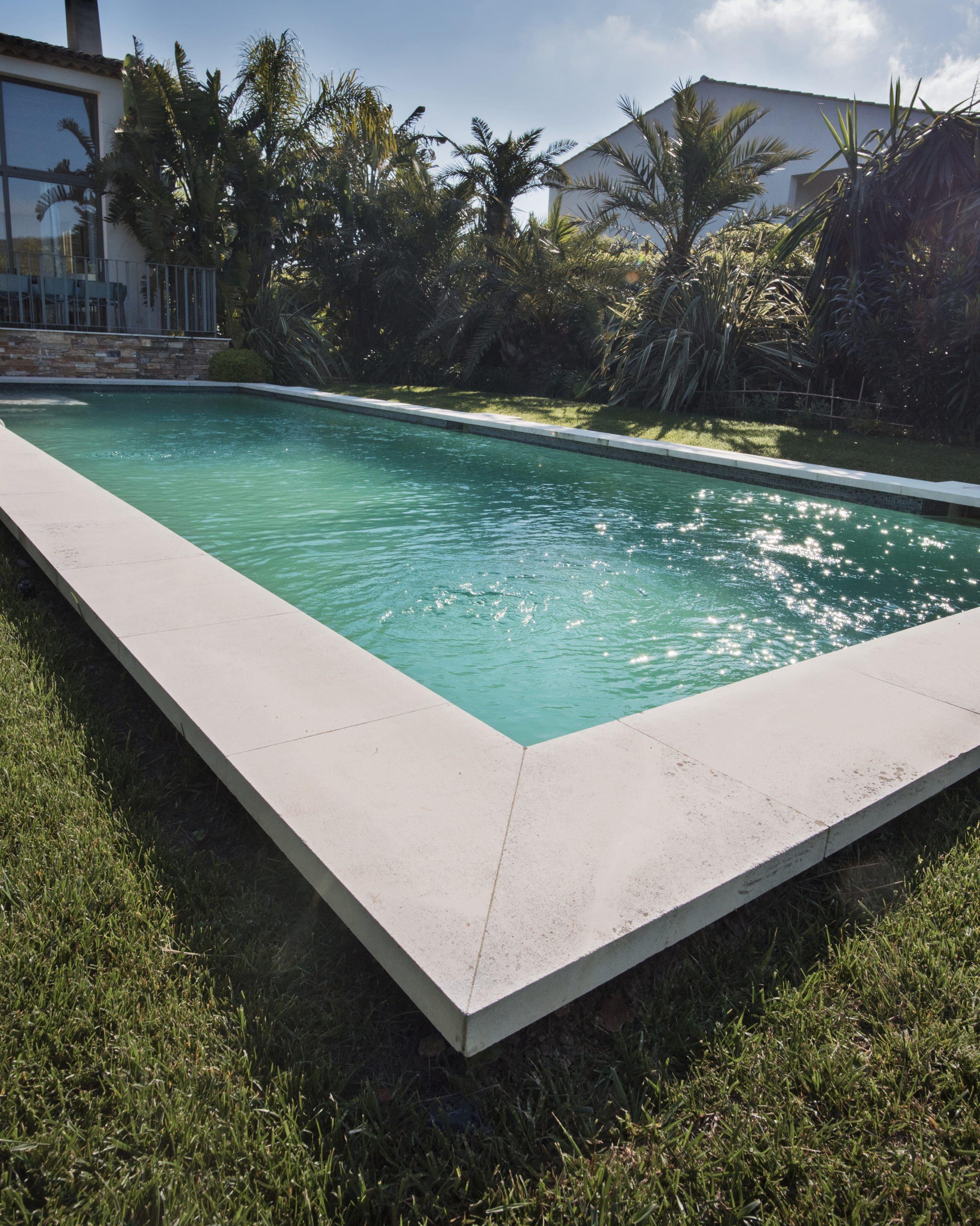 contour de piscine en pierre beige