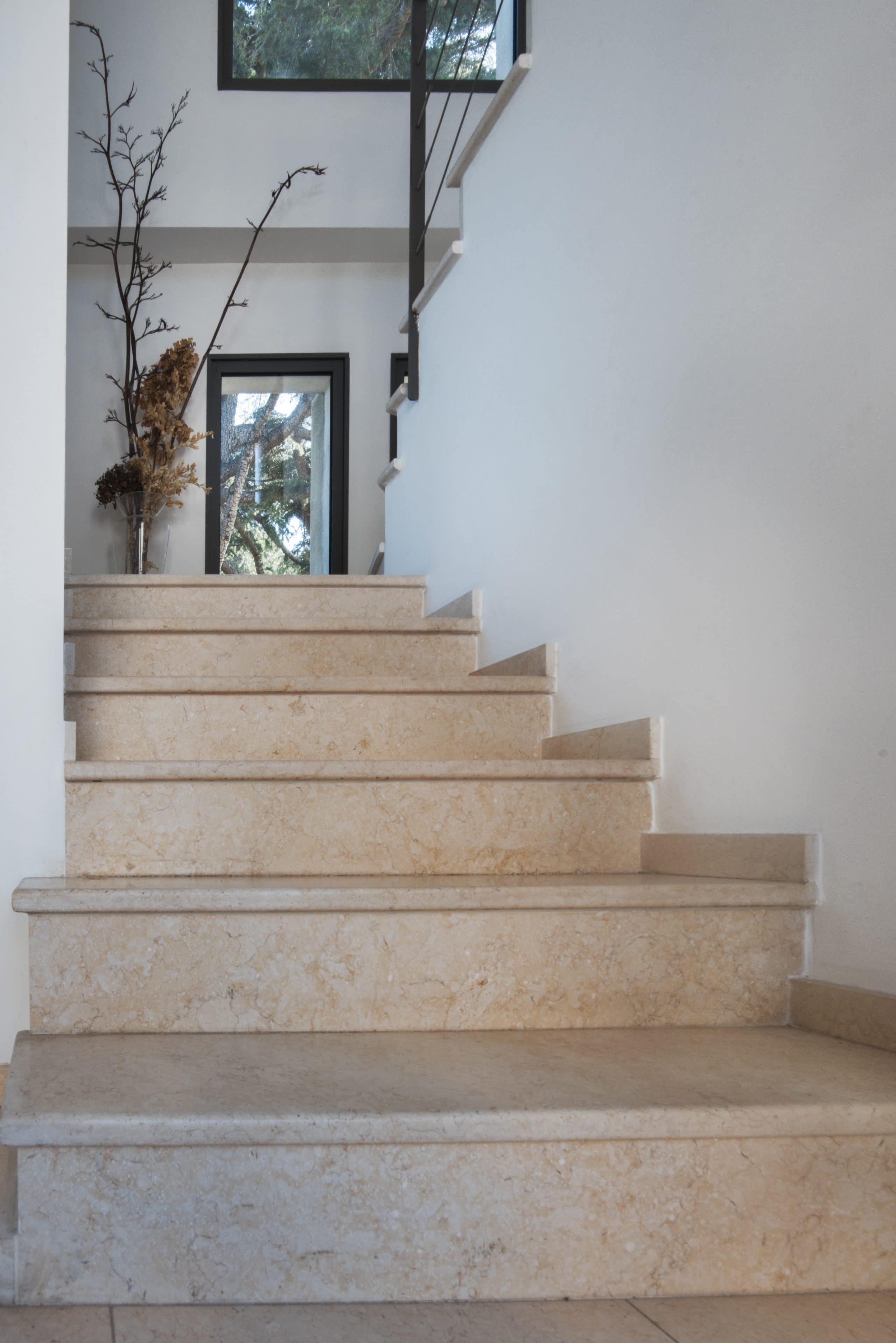 jolies marches en pierre beige