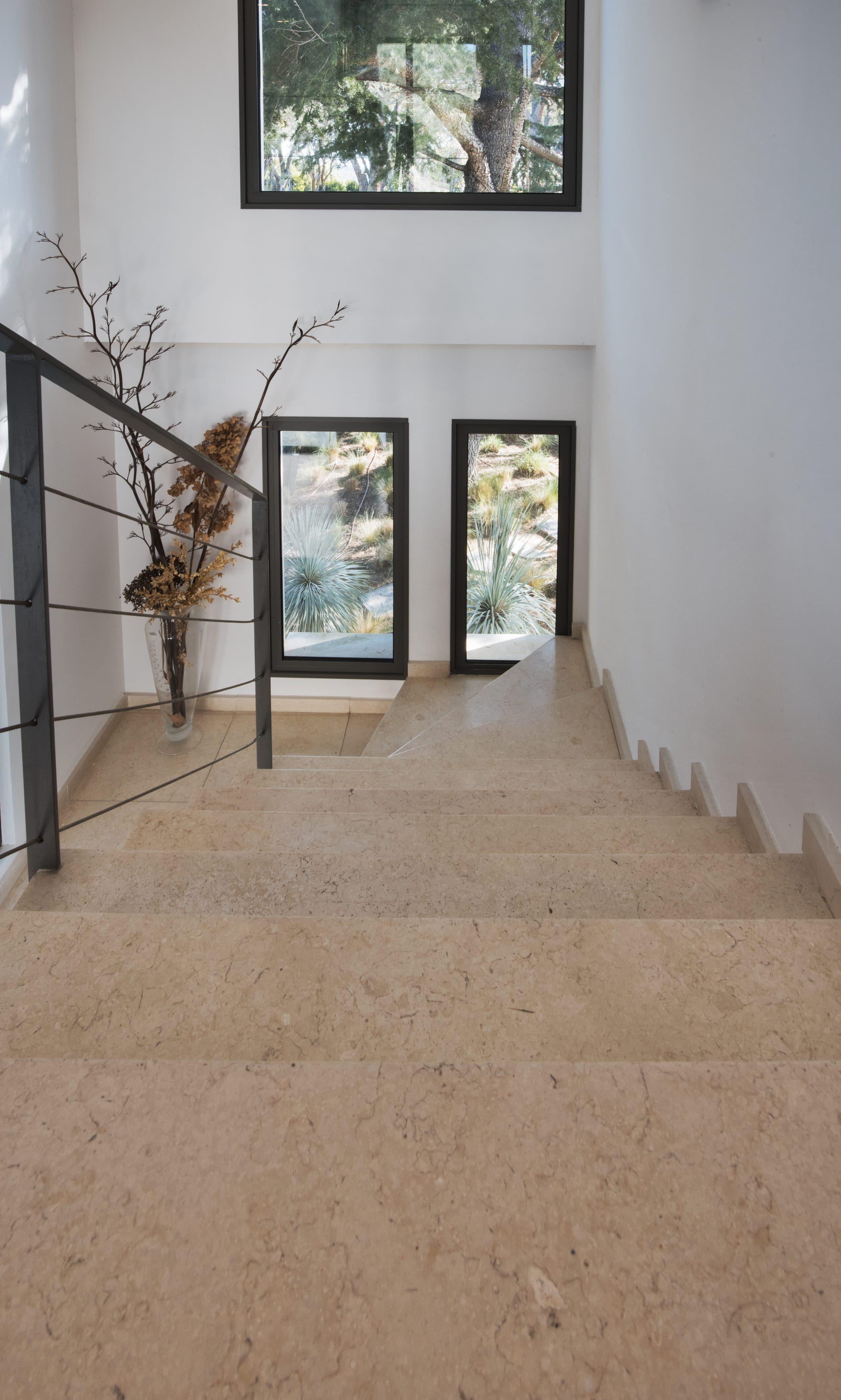 escalier intérieur en pierre Créma Nova