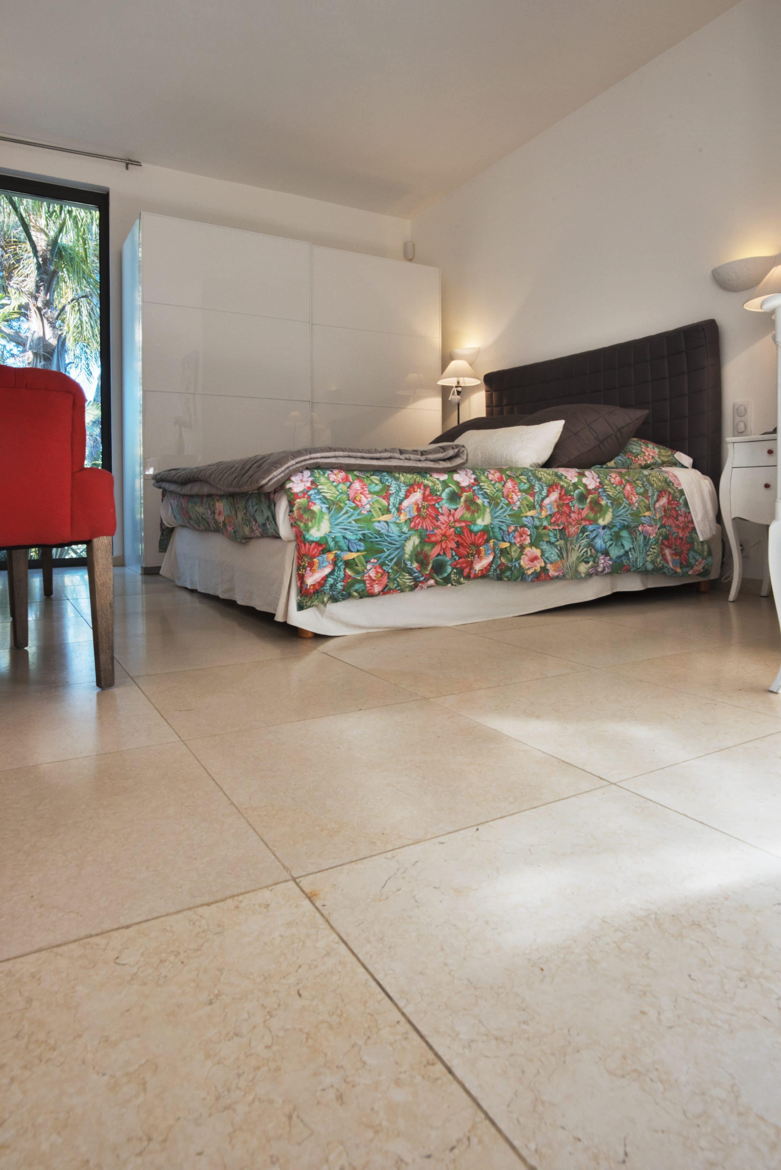 chambre en carrelage pierre beige