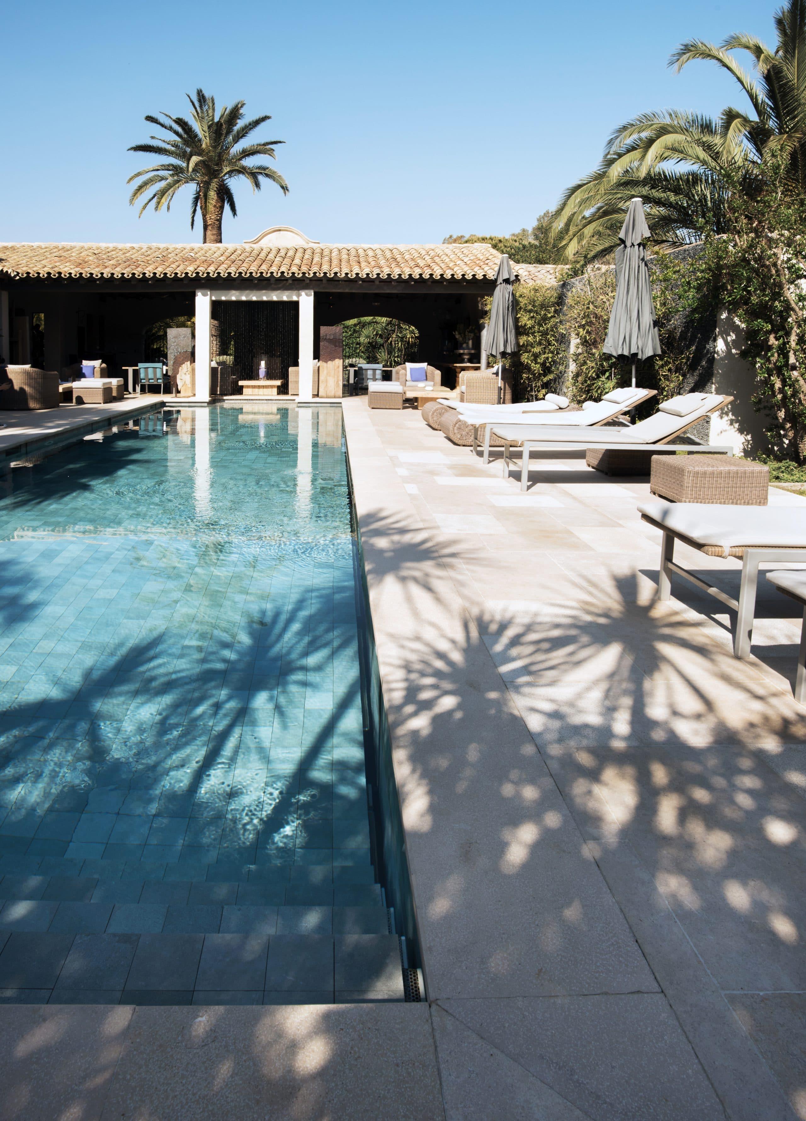 Margelles de piscine en pierre claire et dallage assortis