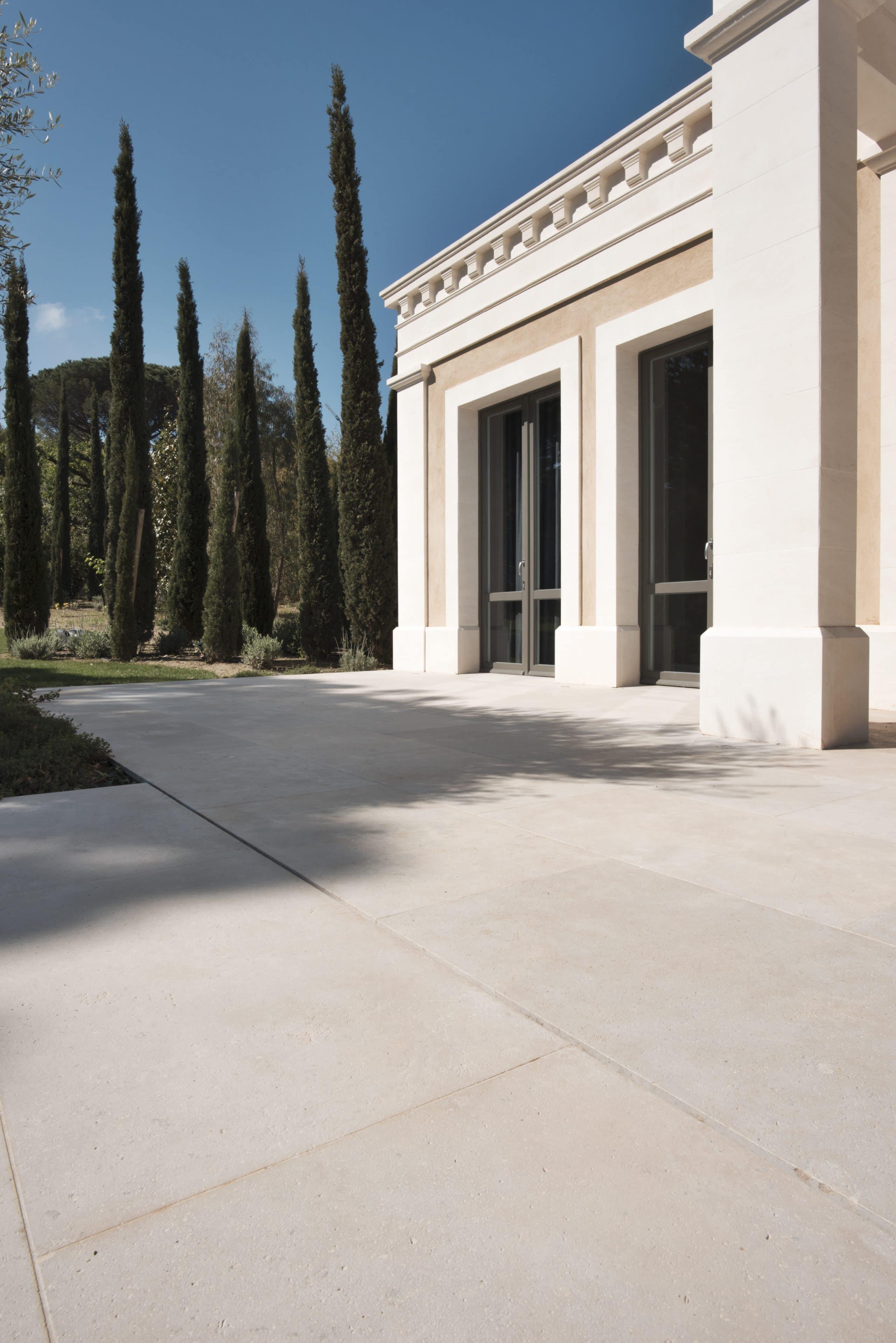 Aménagement façade en pierre: ensemble corniches, piliers, encadrements de fenêtre et sol en pierre assorti!