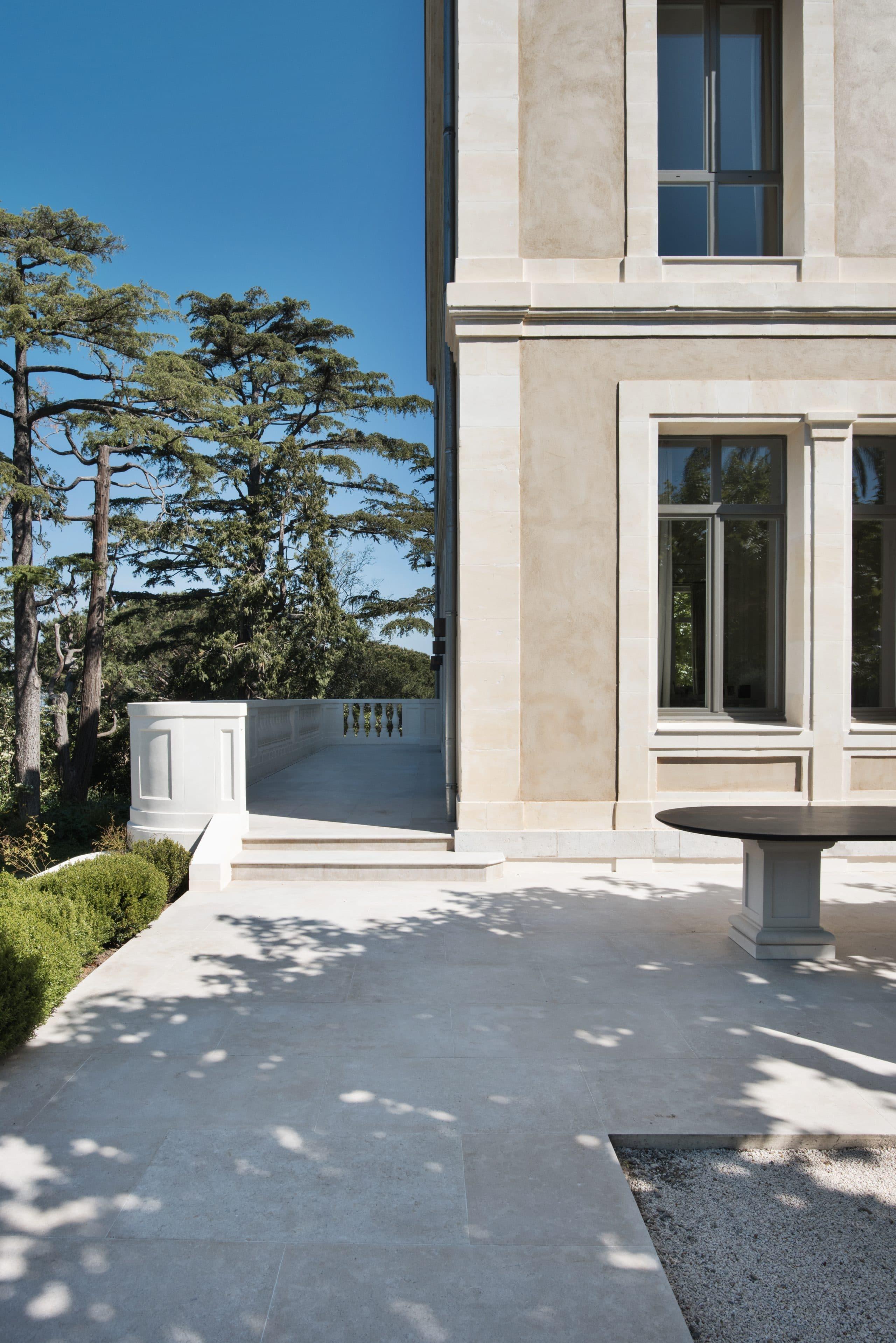 Eléments de façade en pierre naturelle et ensemble terrasse en pierre beige Cèdre Gray