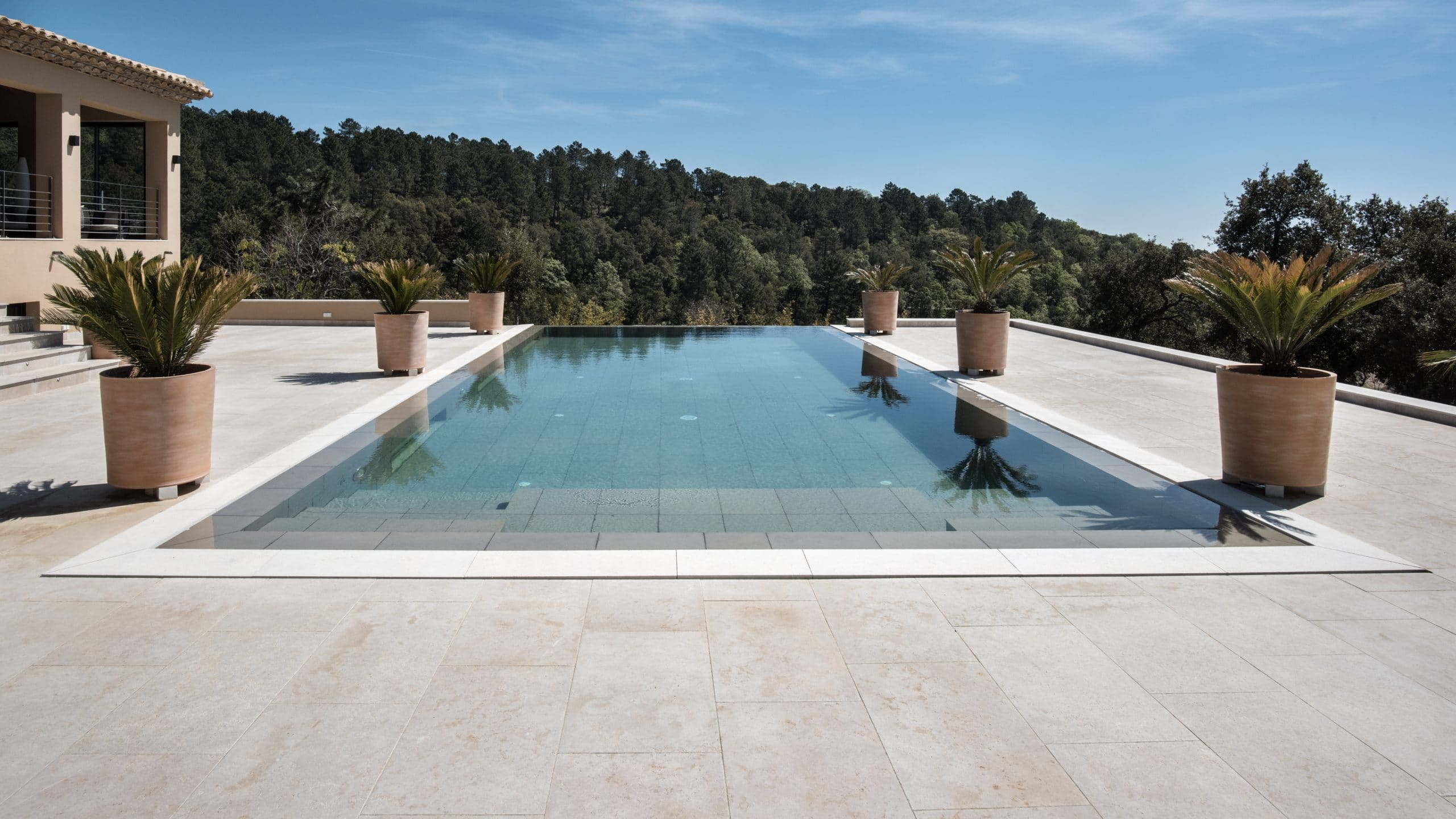 Plage de piscine et margelles en pierres beige Cèdre Gray - Dalle en pierre fond de piscine en Forest Grey