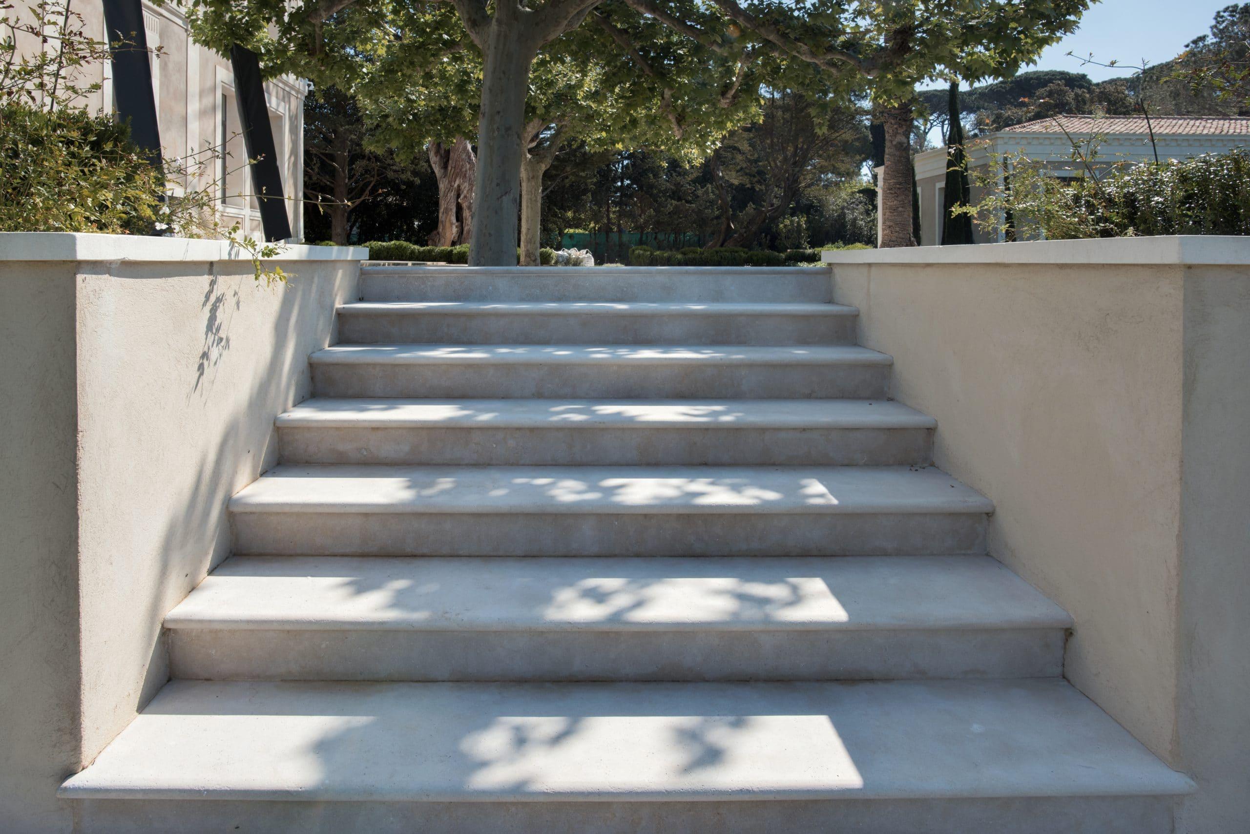 Escalier en pierre Cèdre Gray