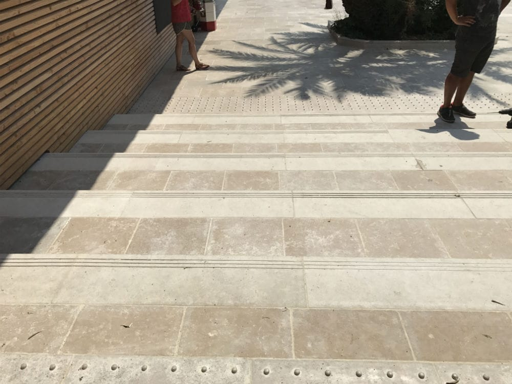 escalier en pierre naturelle beige