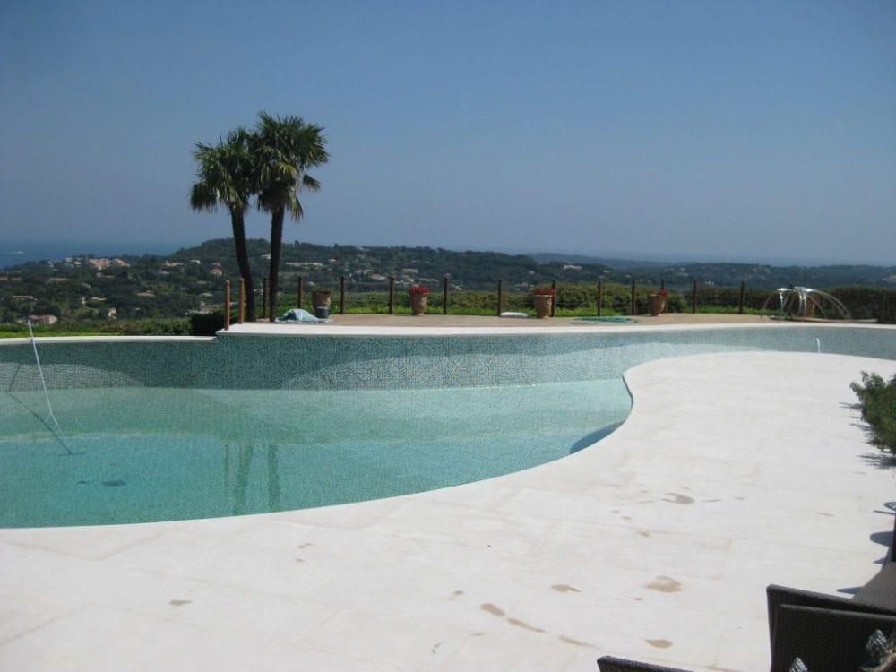 Abords de piscine en pierre beige