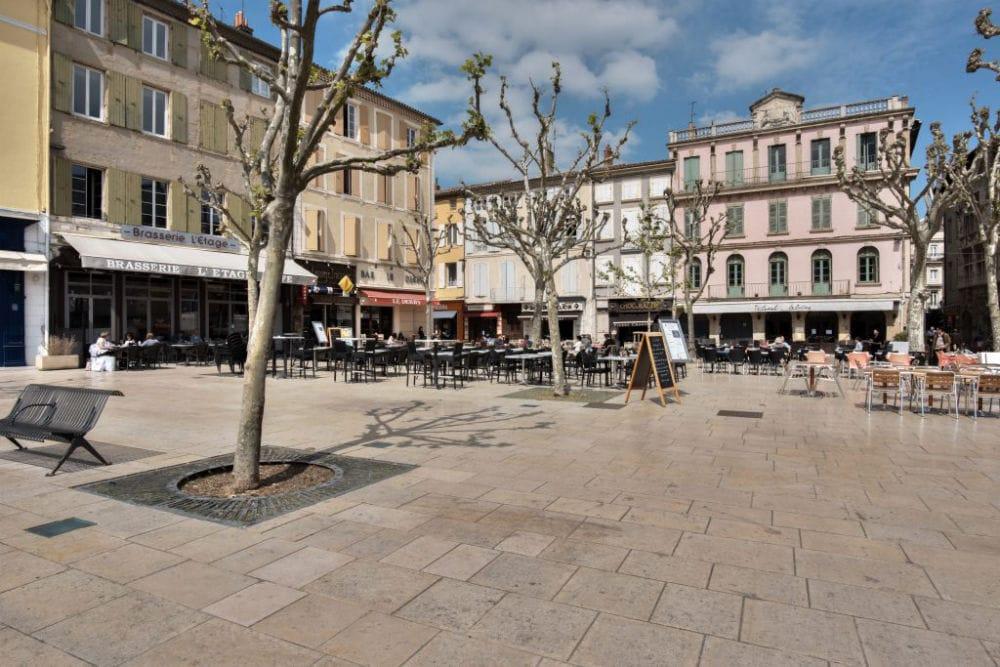 Pavés en pierre Cèdre Gray, place de Valence