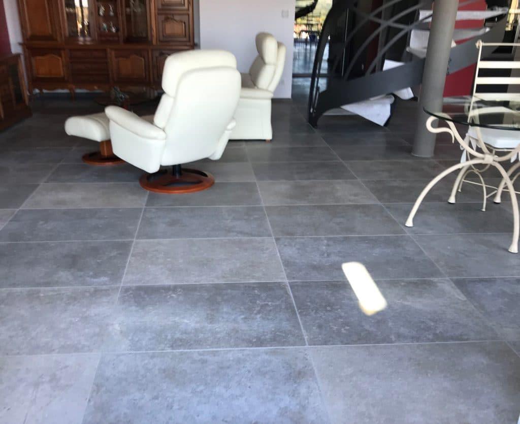 sol intérieur en pierre gris