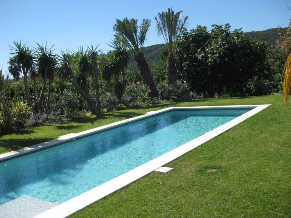 Margelle en pierre naturelle pour piscine et couloir de nage
