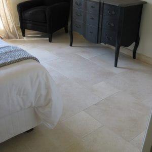 La pierre naturelle s'invite dans cette chambre - Dalles en Créma Nova - Finition adoucie