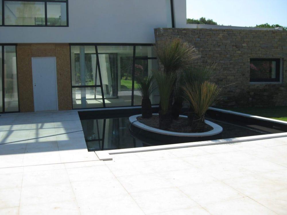 Aménagement extérieur en pierre avec bassin
