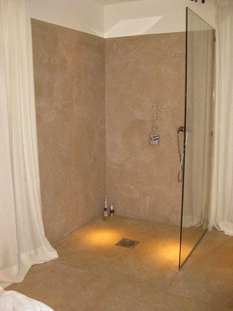 Mur de salle bain en pierre naturelle - Receveur en pierre
