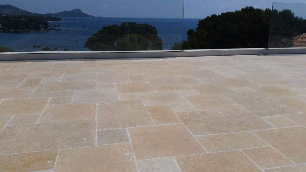 Sol de terrasse en pierre Cèdre Gray finition vieillie