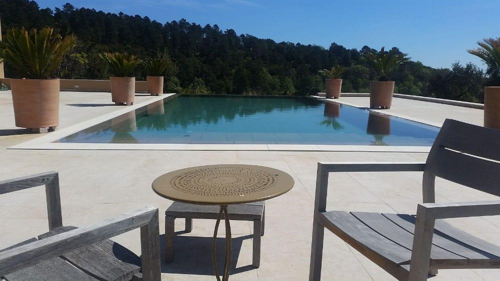 Belle terrasse en pierre beige Cèdre Gray - Margelle en pierre naturelle Cèdre Gray