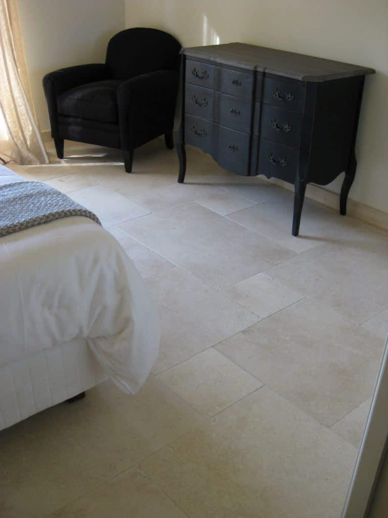 Douceur pour cette chambre en carrelage pierre naturelle - Dalles de sol en pierre beige Créma Nova