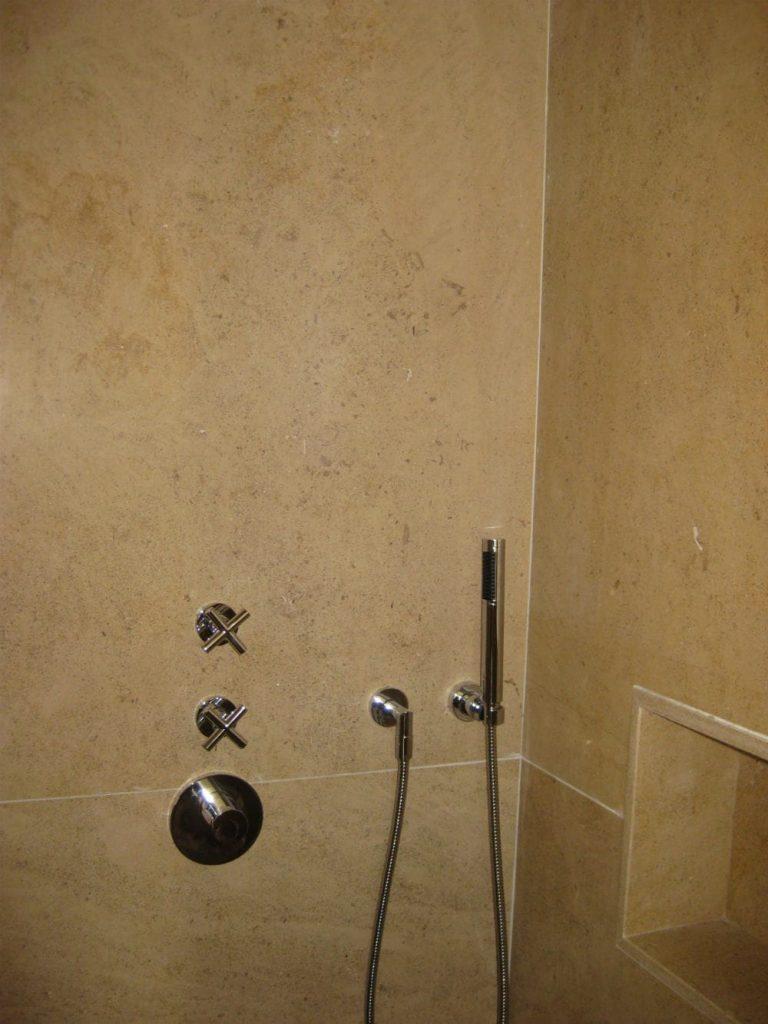 carrelage salle de bain : douche en pierre beige Créma Nova
