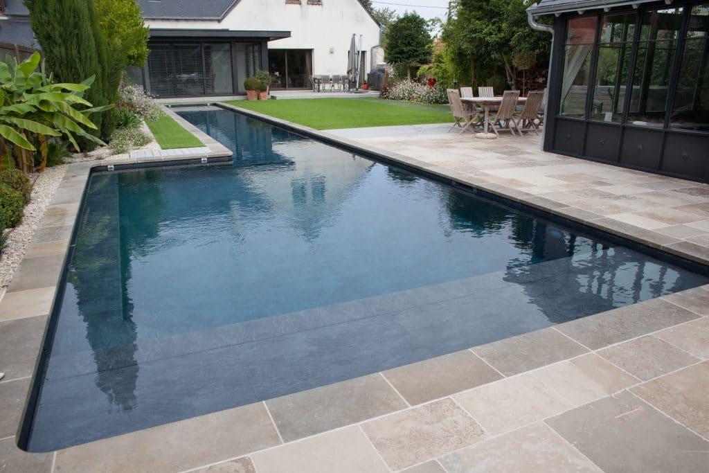Harmonie parfaite pour ces abords de piscine et margelles en pierre aux couleurs nuancées !