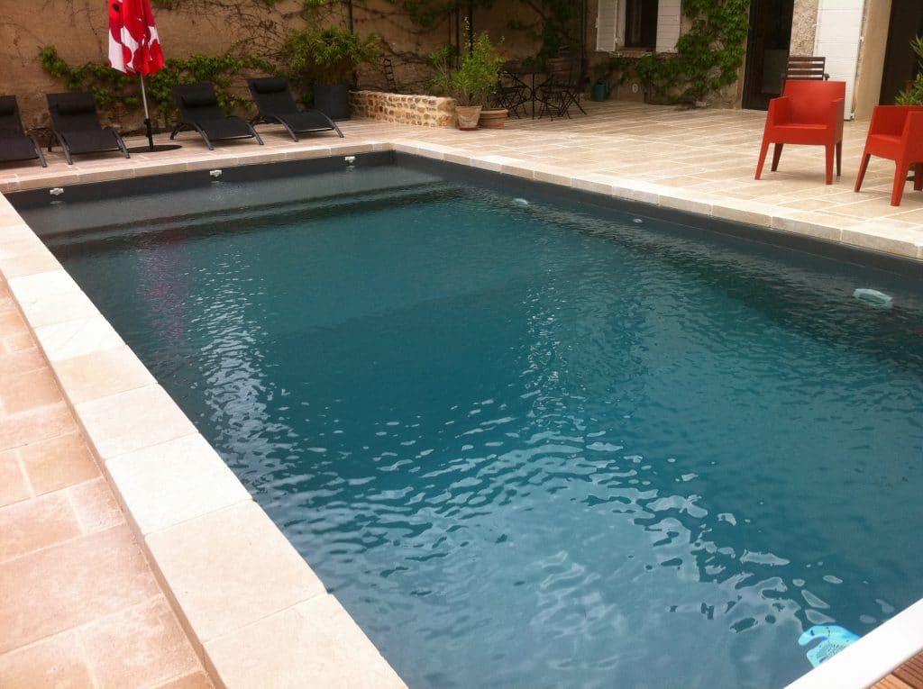 Margelles en pierre naturelle et abords de piscine assortis
