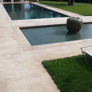 Terrasse, plage de piscine et margelle en pierre naturelle beige Cèdre Honey - Finition vieillie