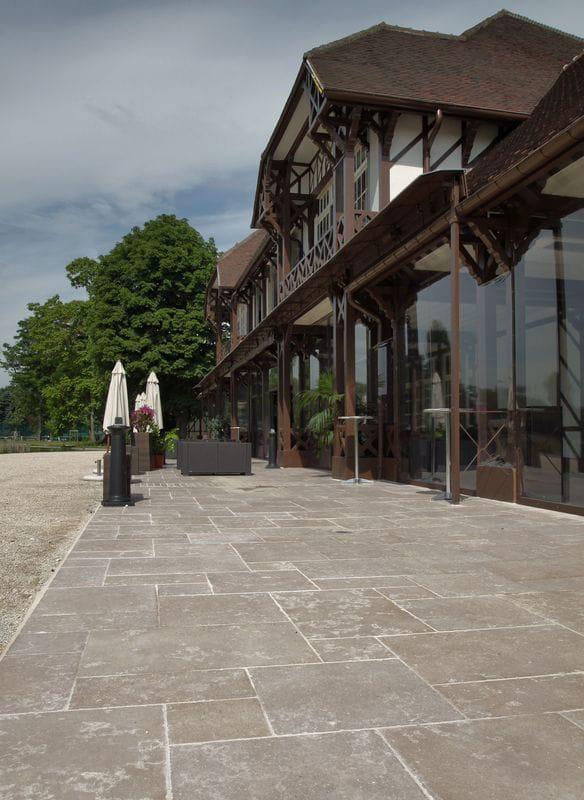 Terrasse en pierre naturelle Cèdre Gray finition vieillie