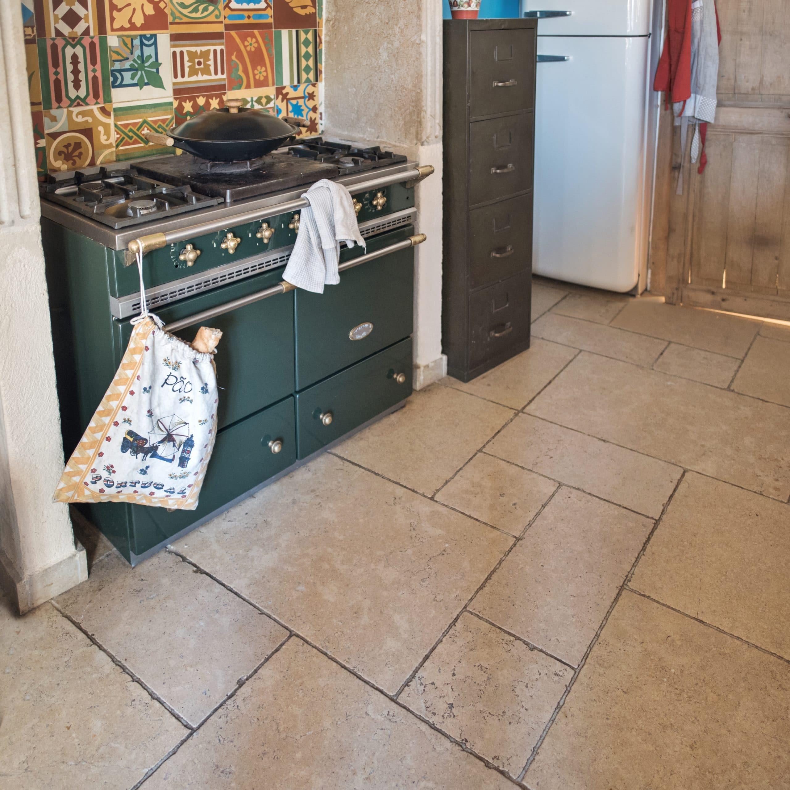 Charme authentique de la pierre pour un sol de cuisine !