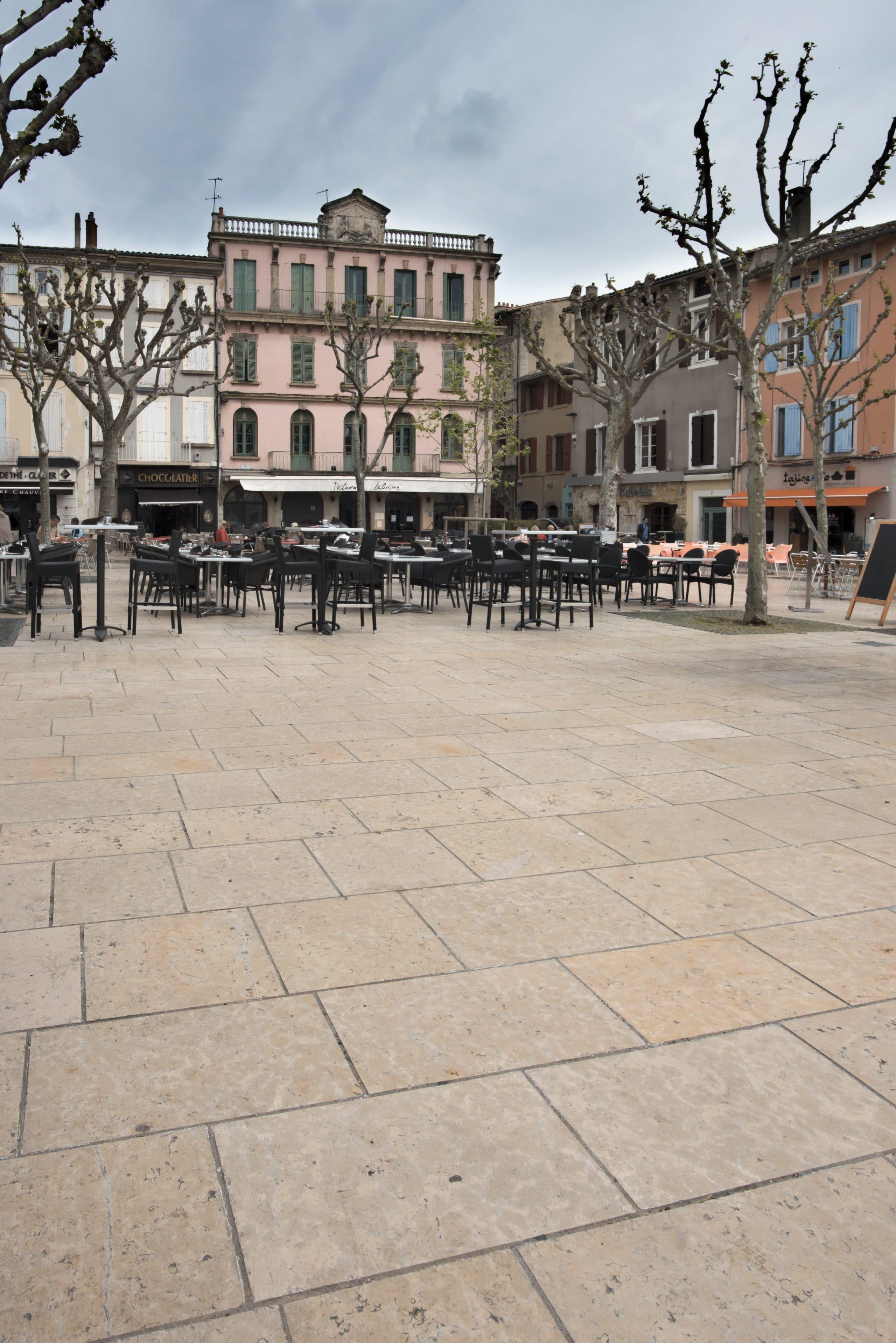 Place de Valence - Dallage en pierre beige Cèdre Gray finition vieillie