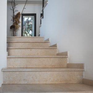 Escaliers intérieurs en pierre naturelle beige Créma Nova