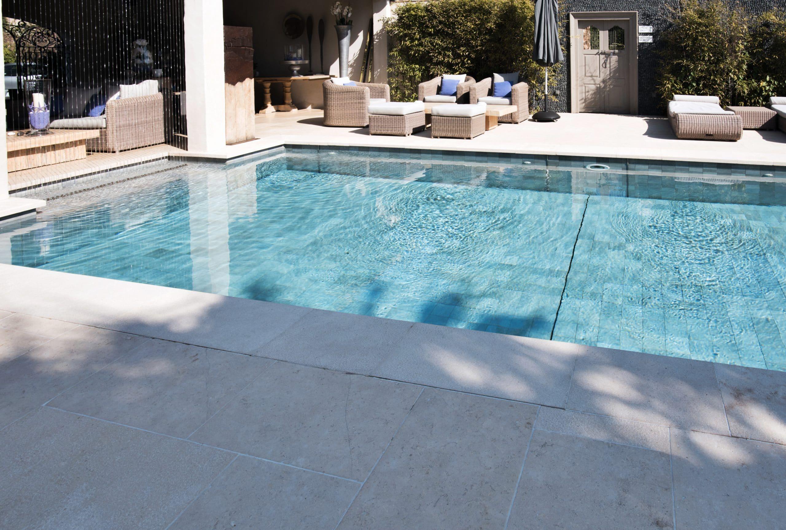 Contour de piscine en pierre : margelle et dallage