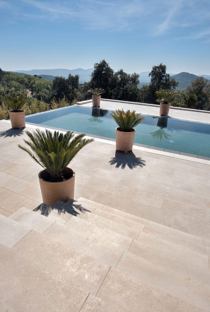 Aménagement extérieurs en pierre naturelle - Escaliers, terrasse et margelle en pierre beige Cèdre Gray finition sablée