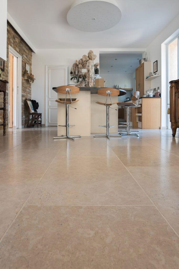 Grandes dalles en pierre beige Cèdre Gray finition adoucie