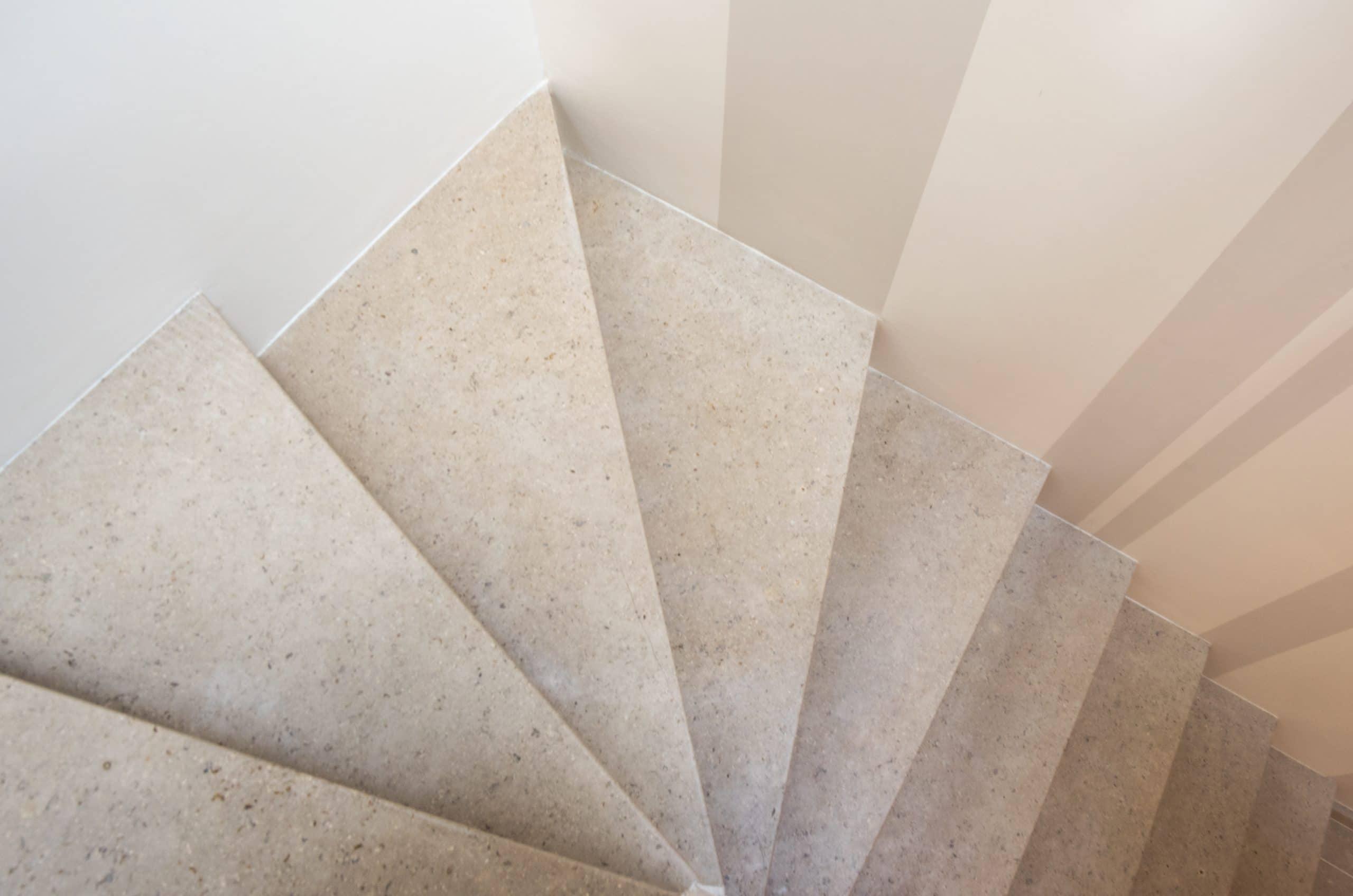 Escalier sur mesure en pierre beige