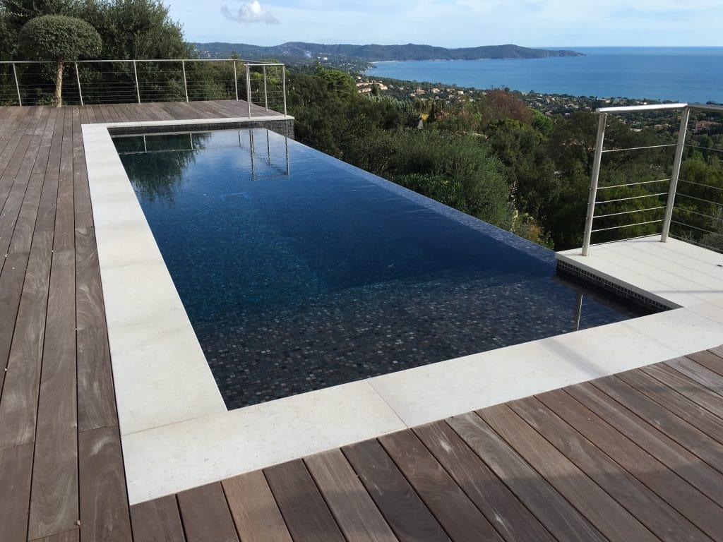 Margelles de piscine en pierre claire