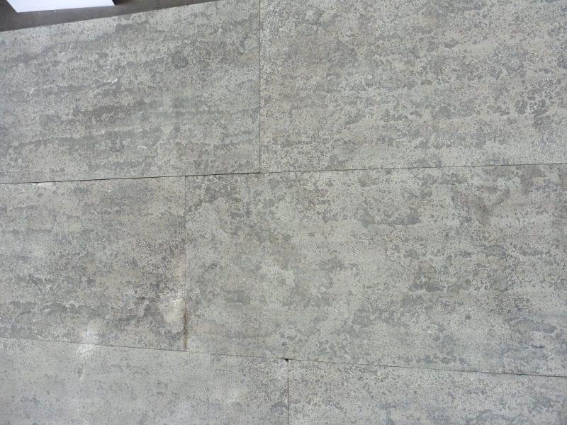 Dalles en pierre grise finition flammée brossée
