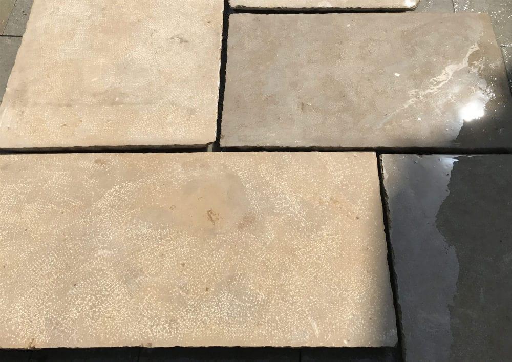 Dallage beige et brun en pierre naturelle egyptienne
