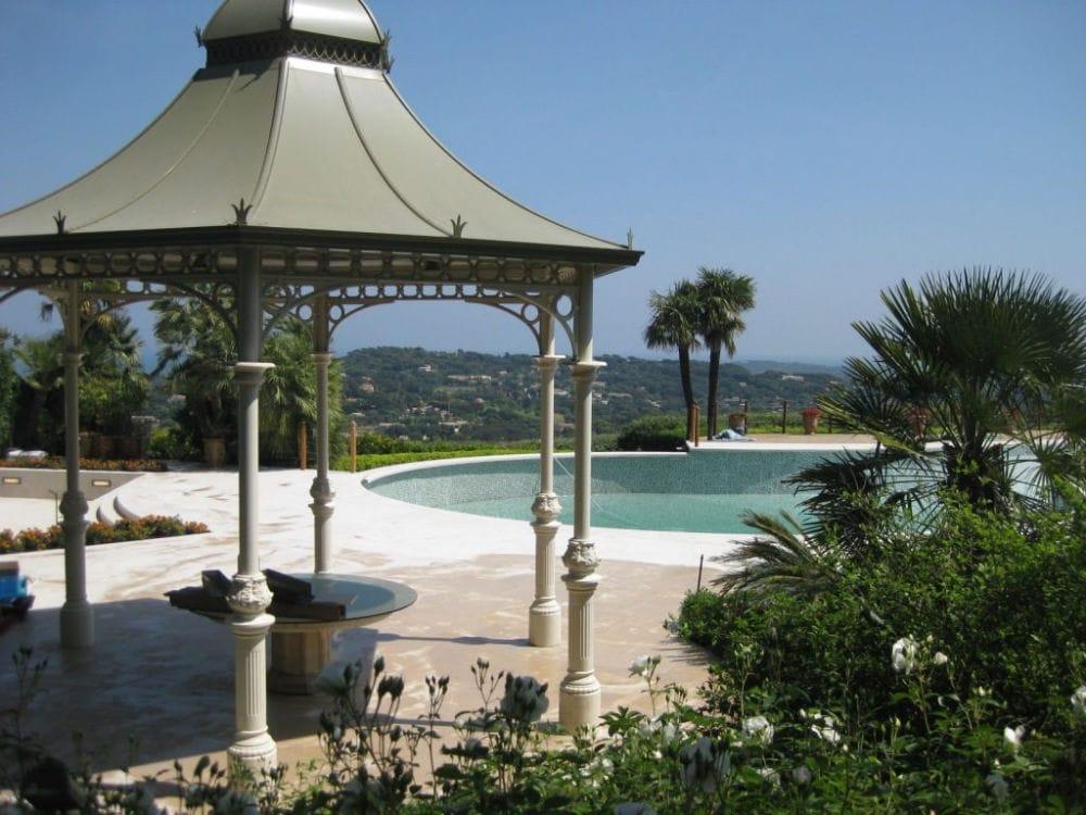 Aménagement extérieur en Cèdre Gray: terrasse, plage de piscine et margelles!