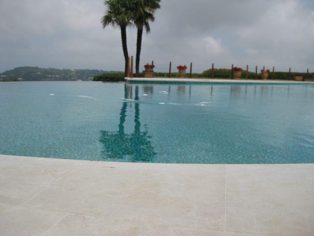 Plage de piscine en pierre naturelle Cèdre Gray finition brossée