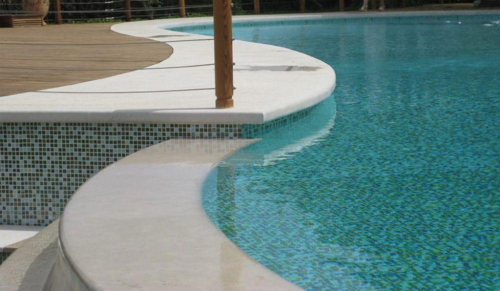 Jolies courbes pour ces margelles en pierre naturelle beige