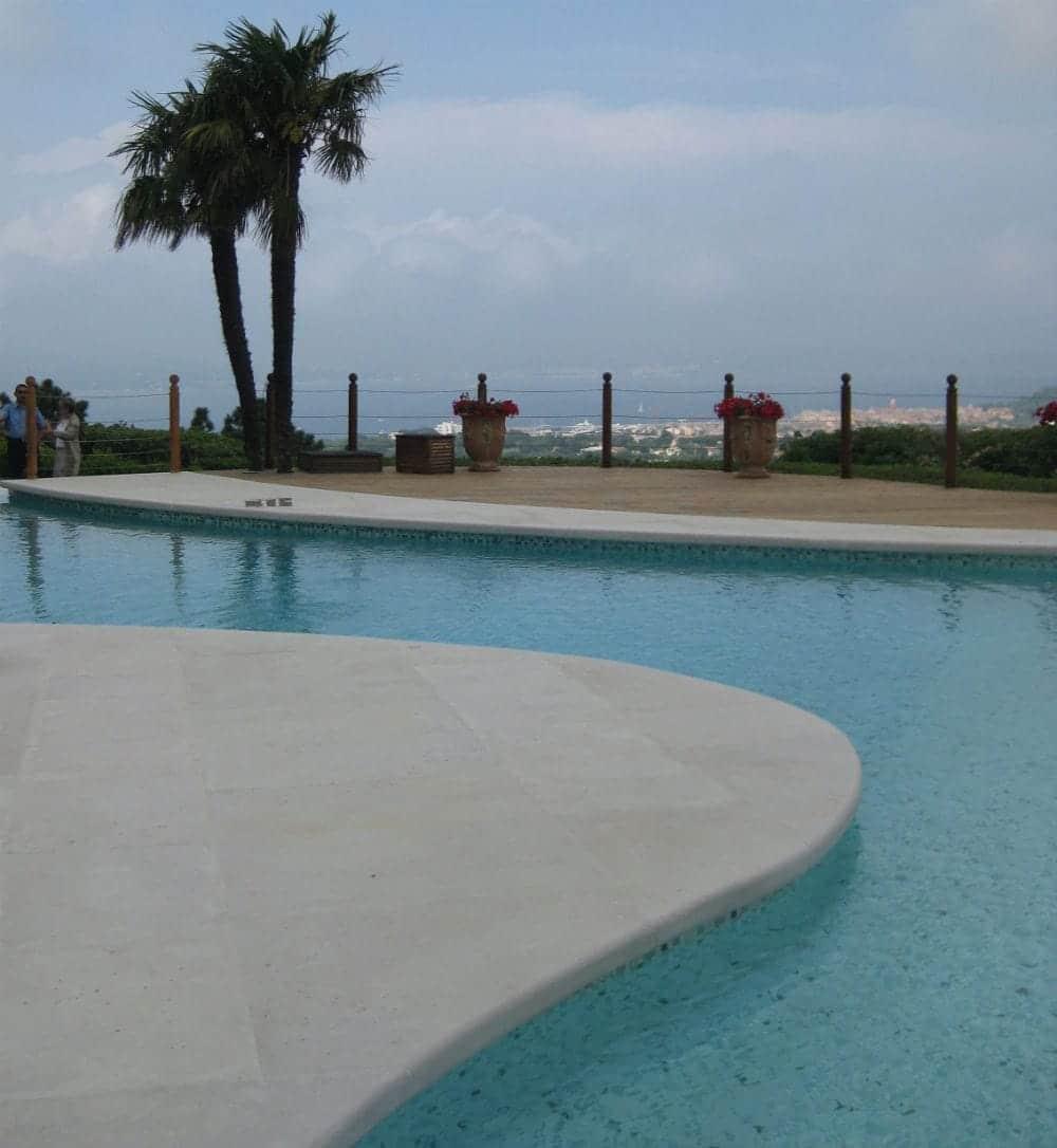 Contour de piscine en pierre sur mesure