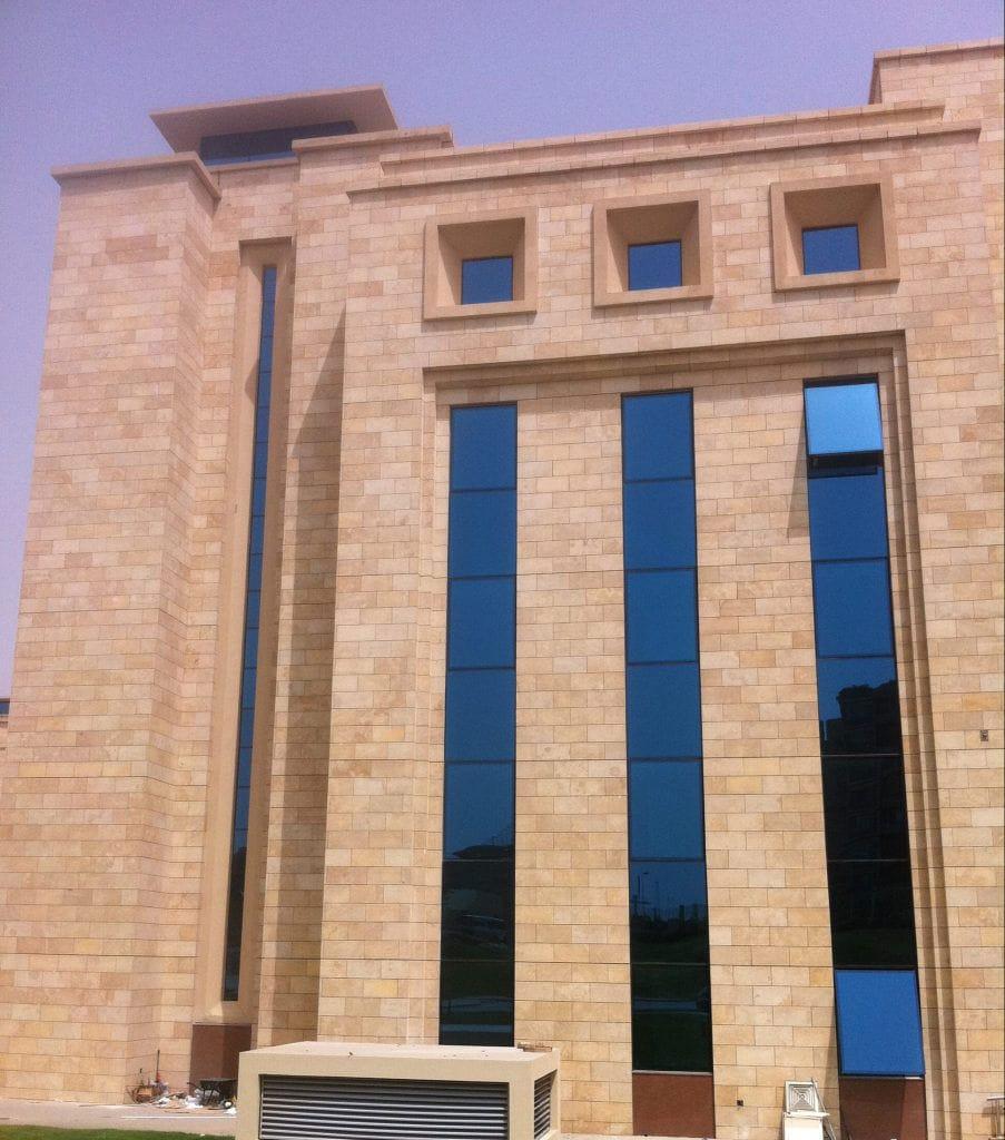 Magnifique parement de façade en pierre jaune Kartum