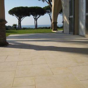 Dalle naturelle beige Créma Nova pour cette superbe terrasse - Finition Tambourinée