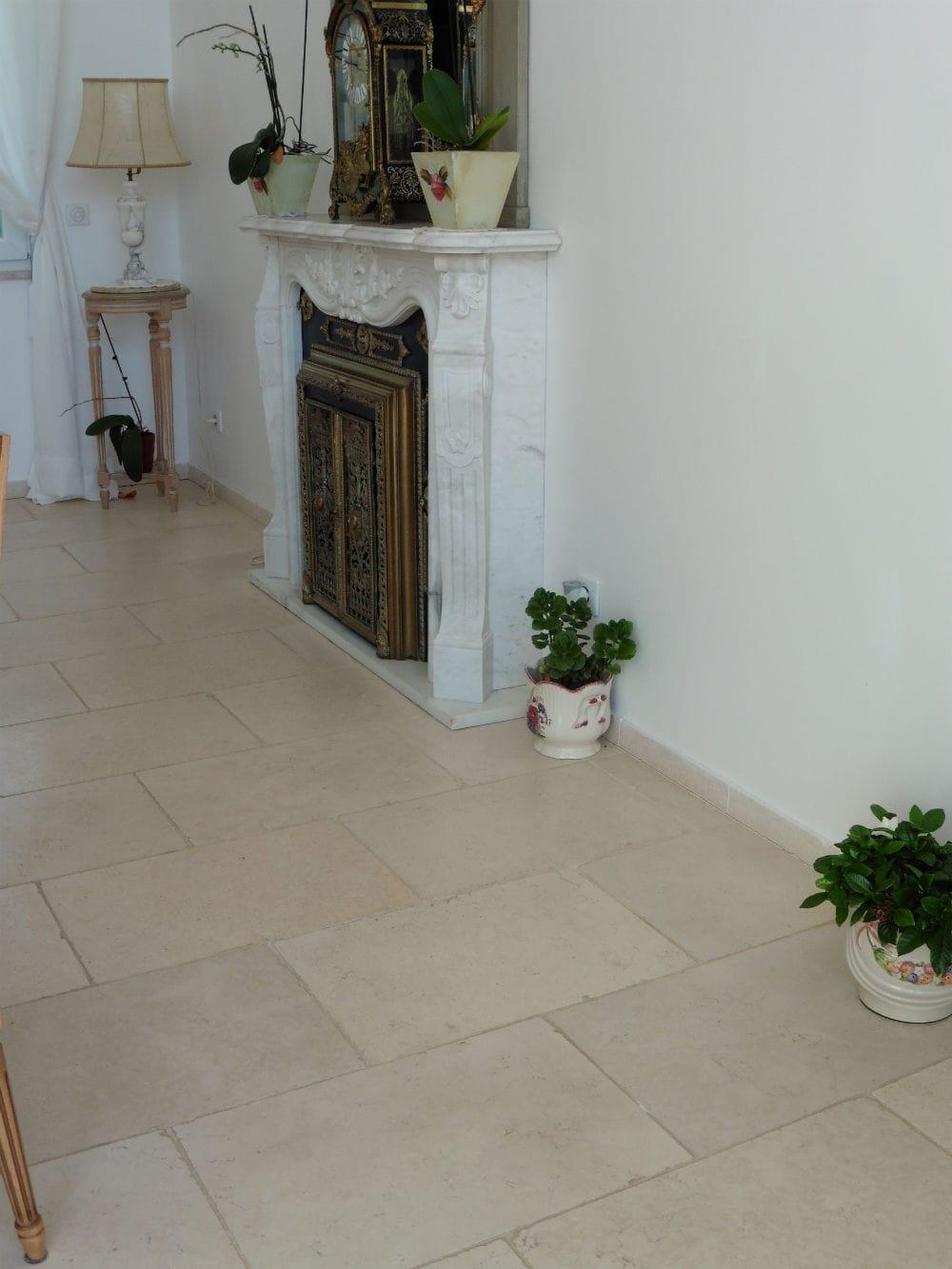 Carrelage en pierre utilisé pour le sol d'un salon