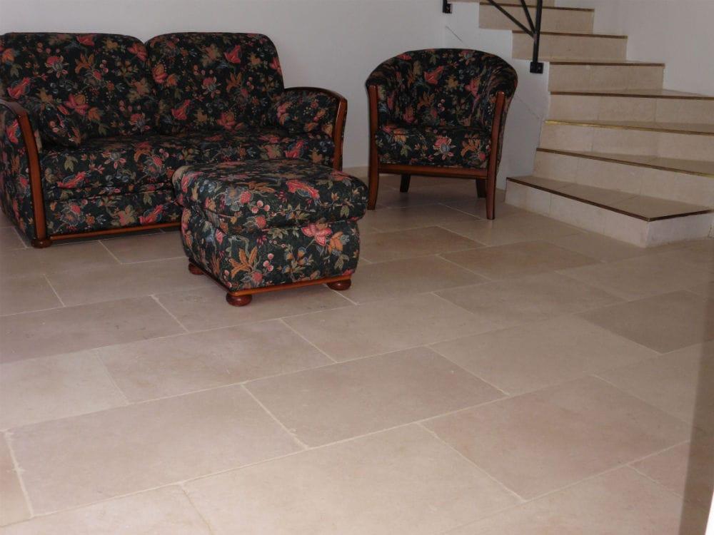Sol de salon en pierre beige