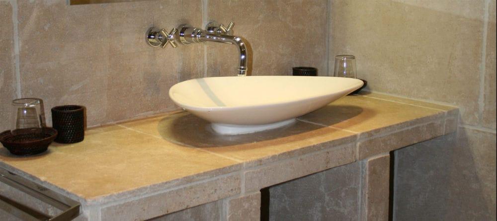 Salle de bain en pierre beige: plan de toilette en Cèdre Gray