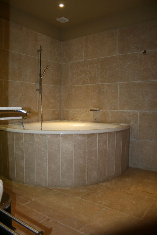 La pierre naturelle habille cette salle de bain: du sol aux murs!