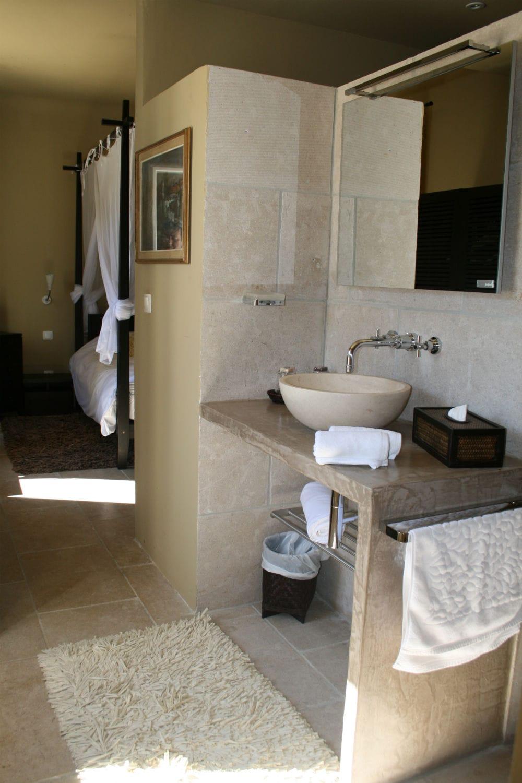Aménagement d'une salle d'eau en pierre beige