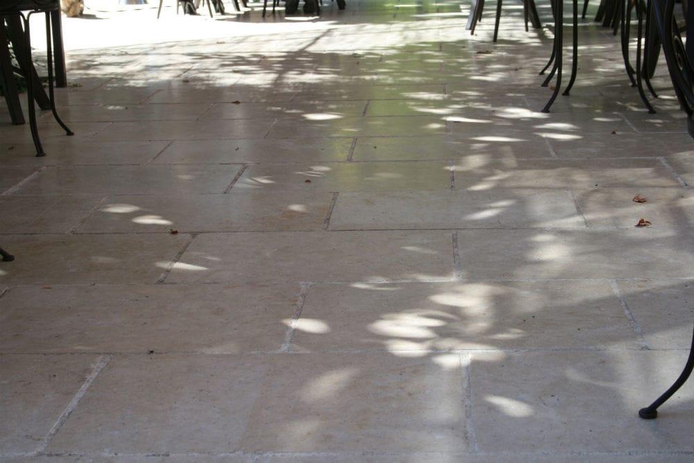 Aménagement d'une terrasse extérieure en dallage pierre